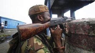 Солдат сил, верных Алассану Уаттаре, в Абиджане в воскресенье 10 апреля 2011 г.