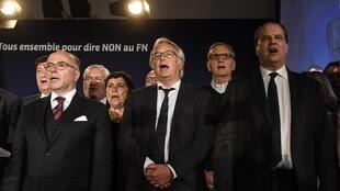 Os socialistas Bernard Cazeneuve, François Rebsamen e Jean-Cristophe Cambadélis em comício em Dijon de apoio a Emmanuel Macron a 2 de Maio de 2017.