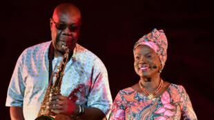 La chanteuse et actrice béninoise Angélique Kidjo et le saxophoniste franco-camerounais Manu Dibango présente « Femme Noire » de Léopold Sédar Senghor, le spectacle de clôture du 71e Festival d'Avignon dans la Cour d'honneur du Palais des papes.
