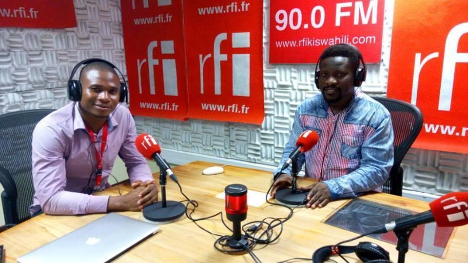 Mwanamuziki Man Pizzo ndani ya Studio za RFI Kiswahili na mtangazaji Billy Bilali