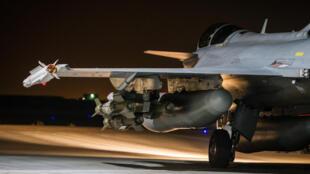 Avião Rafale decola de uma base da Árabia Saudita na madrugada desta terça-feira (17) para bombardear a cidade síria de Raqqa.