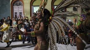 Le carnaval de Montevideo est la plus africaine des fêtes latino-américaines, c'est le rendez-vous des «comparsas» qui dansent au rythme du candombe: Llamada du 14 février 2020.