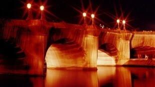 A mais velha ponte de Paris, Pont Neuf, embalada por Christo em 1985.