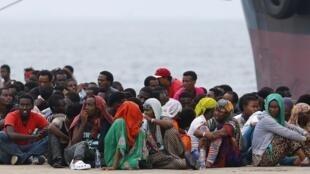 Des migrants à Palerme, en Sicile, après leur traversée de la Méditerranée.