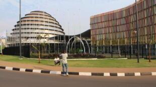 Deux jeunes Rwandais se prennent en photo devant le «Kigali Convention Center», le palais des congrès de Kigali. Le Rwanda mise sur le développement du tourisme d'affaires et de conférence pour stimuler sa croissance économique.