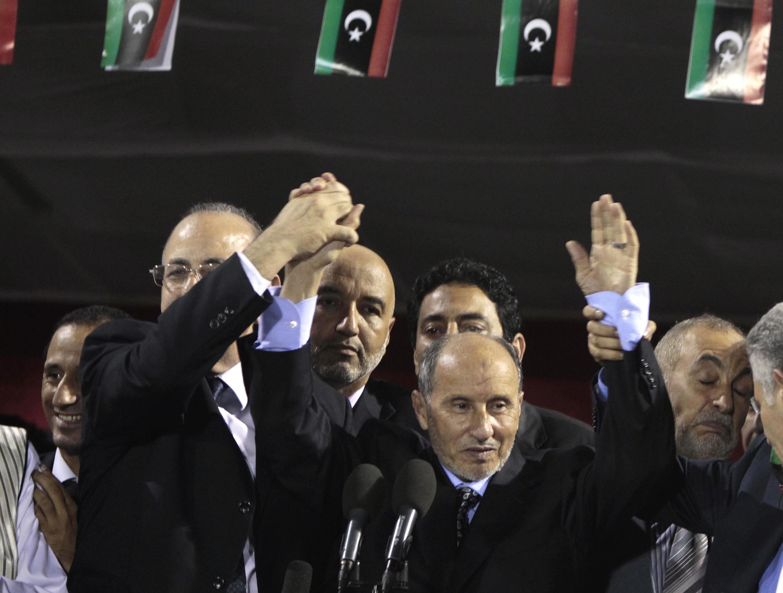 Глава Национального переходного совета Ливии Мустафа Абдул Джалиль (в центре) в Триполи 12 сентября 2011 года