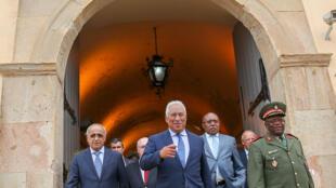O primeiro-ministro português, António Costa (C), acompanhado pelo ministro da Defesa Nacional de Angola, Salviano Sequeira (E), e pelo ministro das Relações Exterior de Angola, Manuel Augusto (2-D).