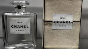 """Un antiguo frasco de perfume Chanel N°5 expuesto en la exposición """"Gabrielle Chanel, manifiesto de la moda"""" en el museo de la moda del palacio Galliera en París el 25 de septiembre de 2020"""