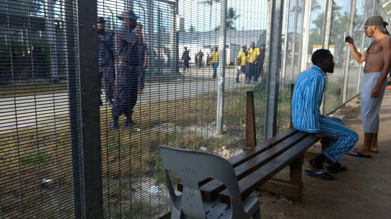 La police papouasienne a évacué des dizaines de migrants du très controversé camp australien de Manus en Papouasie-Nouvelle-Guinée, le 23 novembre 2017.