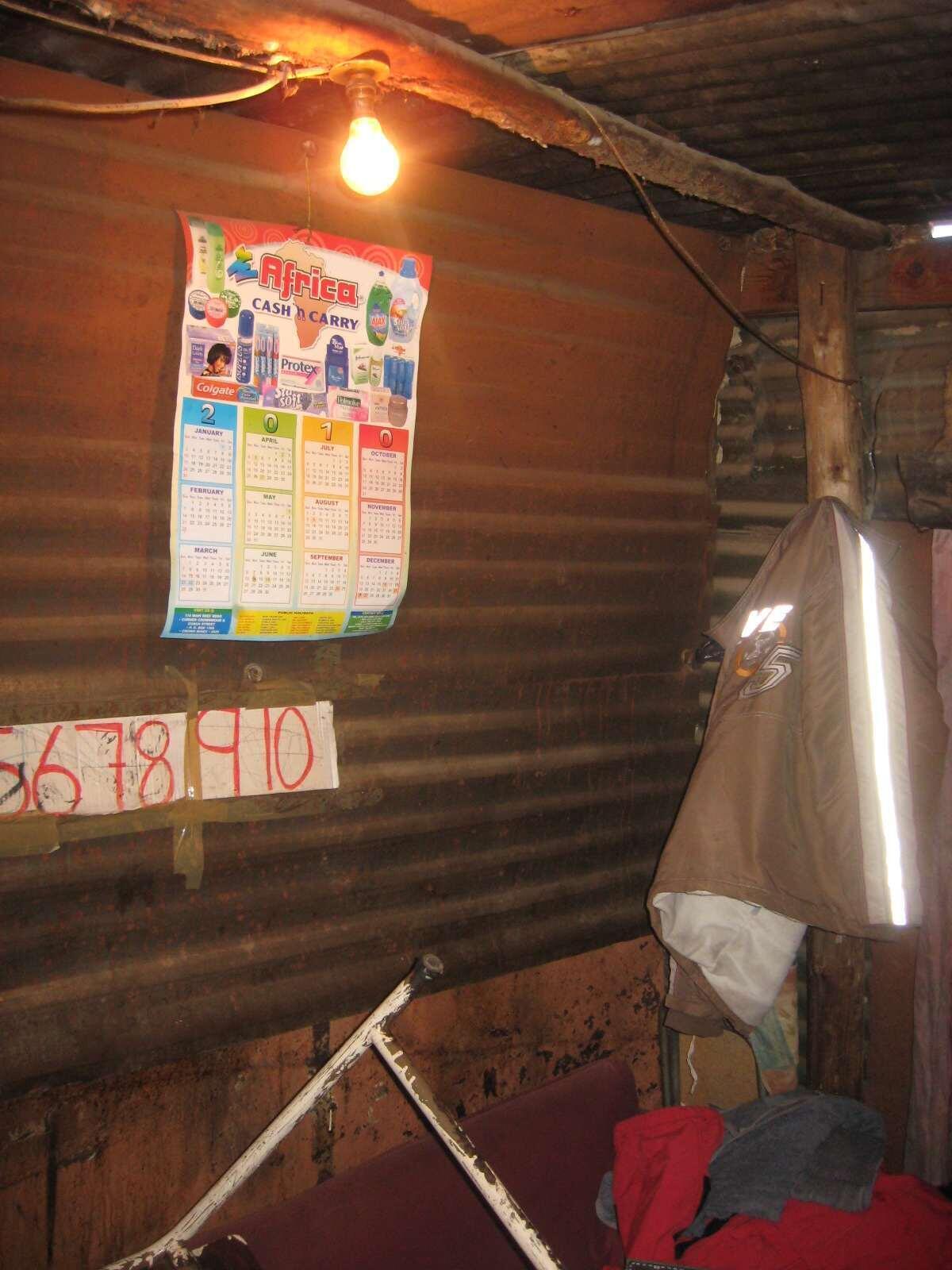 Des millions de personnes habitent entassées dans des bidonvilles qui souvent ne sont pas raccordés au réseau électrique.