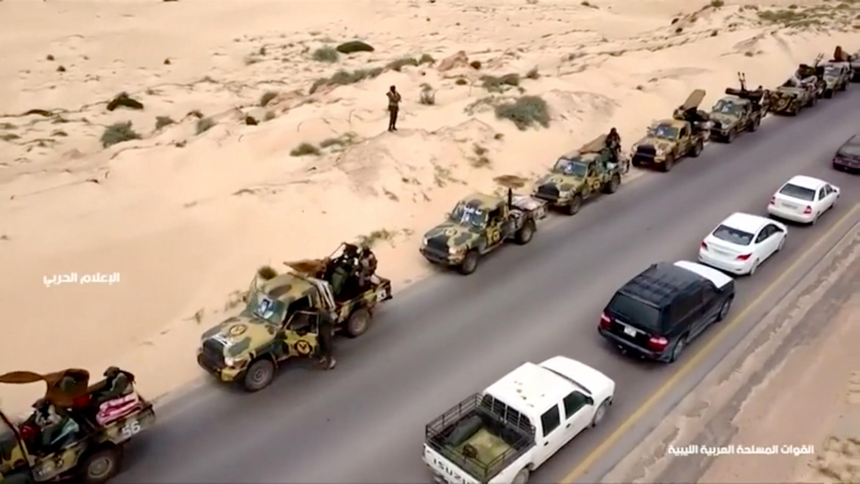 Không ảnh chụp một đoàn xe quân sự trên một con đường của Libya, ngày 04/04/2019