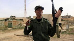 Un soldado de las tropas de Muamar Kadafi entre las ciudades de Sirt y Ajdabiyah.