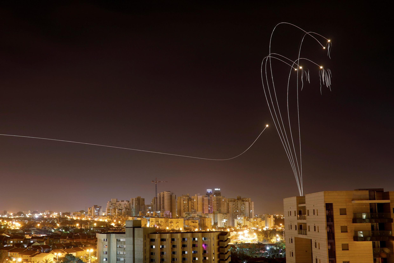 """Израильская система ПВО """"Железный купол"""" перехватывает ракеты из сектора Газы над городом Ашкелон"""