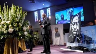 O pastor Ralph Douglas West discursa durante o funeral de George Floyd na igreja Fountain of Praise em Houston, Texas, nesta terça-feira (9).