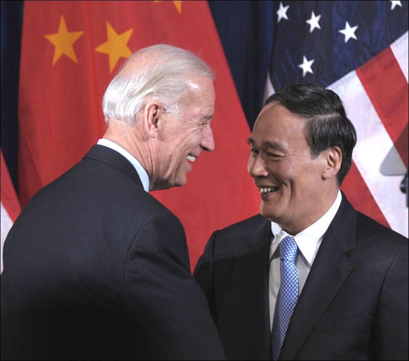 Phó tổng thống Joe Biden và phó chủ tịch Vương Kỳ Sơn (Reuters)