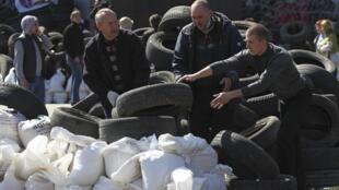 Пророссийские активисты строят баррикаду перед областной администрацией в Донецке 08/04/2014