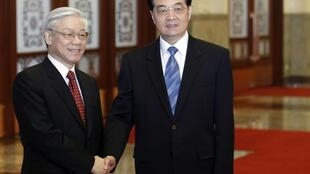 Tổng bí thư đảng Cộng sản Việt Nam Nguyễn Phú Trọng (trái) và đồng nhiệm Trung Quốc Hồ Cẩm Đào, Bắc Kinh, 11/10/2011