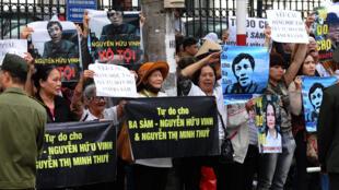 """Người ủng hộ kêu gọi """"Tự do cho Ba Sàm Nguyễn Hữu Vinh"""" trước Tòa án Hà Nội trong phiên xử ngày 23/03/2016."""