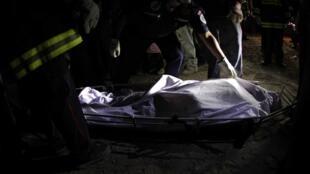 Socorristas cubren el cuerpo de una de las victimas en San Pedro Sacatepequez, en la región de San Marcos.