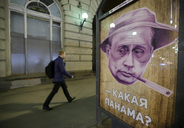 Tại một trạm xe buyt ở Matxcơva, một áp phích có hình tổng thống Putin với dòng tít: Panama nào? Ảnh chụp tại Matxcơva ngày 06/04/2016.