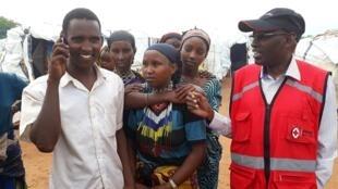 Un réfugié ethiopien bénéficie du service téléphonique mis en place par la Croix Rouge, dans le camp de Moyale, au Kenya