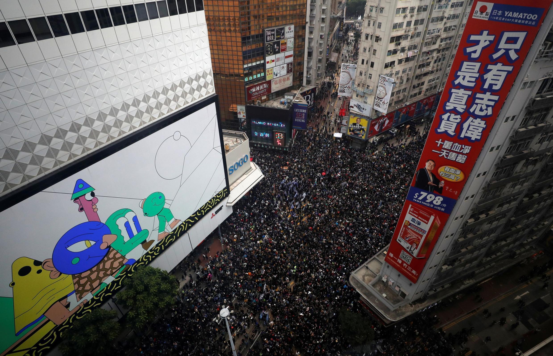 На первой в 2020 году антиправительственной демонстрации в Гонконге организаторы насчитали более миллиона участников