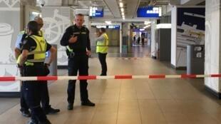阿姆斯特丹车站持刀攻击2伤   嫌犯遭警开枪制伏   2018年8月31日