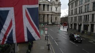 Una bandera británica cuelga de un edificio en Ludgate Hill, en el centro de Londres, el 12 de enero de 2021