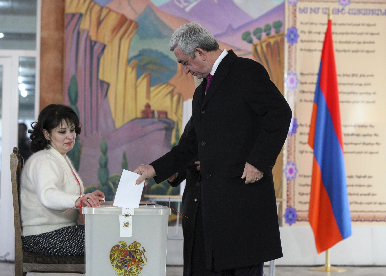 Tổng thống Armenia, ông Serzh Sargsyan tại phòng bỏ phiếu trưng cầu dân ý về sửa đổi Hiến pháp, ngày 06/12/2015.