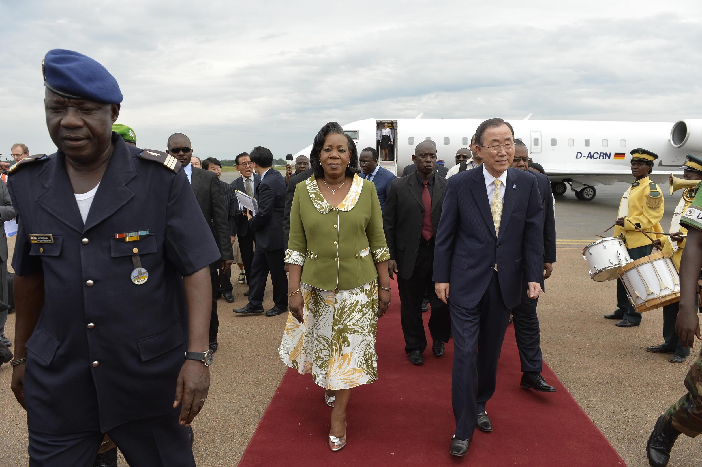 La présidente de transition de RCA, Catherine Samba-Panza, accueille le secrétaire général de l'ONU, Ban Ki-moon, qui effectue une visite surprise à Bangui, en route pour Kigali, au Rwanda.