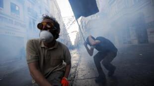 Des manifestants, à Taksim, affrontent les gaz lacrymogènes de la police au cours d'une manifestation contre la démolition du parc Gezi, le 31 mai 2013.