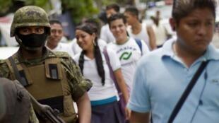 Un soldat mexicain en patrouille dans les rues de la cité touristique d'Acapulco.