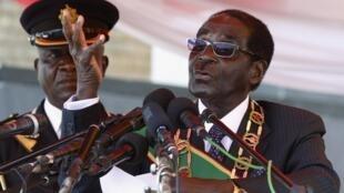 Robert Mugabe lors de son  premier discours depuis sa réélection à l'occasion de la journée nationale des héros. Harare, le 12 août 2013.
