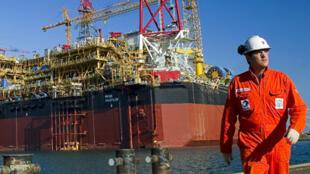 La société Qatar Petroleum, dont dépendent toutes les compagnies étrangères comme Shell ou Total, a demandé à ces dernières de réduire leurs budgets.