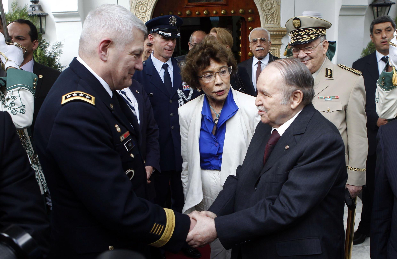 Le général américain Carter Ham et le président algérien Abdelaziz Bouteflika se sont rencontrés le 30 septembre 2012 à Alger.