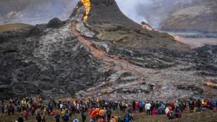 L'éruption volcanique du mont Fagradalsfjall attire de nombreux curieux, le 21 mars, à 40 km de Reykjavik.