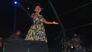 Lura, cantora cabo-verdiana, no Baía das Gatas 12/08/16