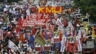 Plus de 10 000 personnes ont défilé le 23 juillet dernier à Manille pour demander au président Aquino de respecter ses engagements, notamment la promulgation de la loi sur le planning familial.