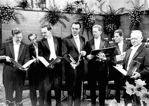 Нобелевские лауреаты 1965 г. Михаил Шолохов - крайний справа (архивное фото)