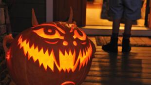 « Farces ou friandises ! » s'exclament les enfants en quête de sucreries pour Halloween...