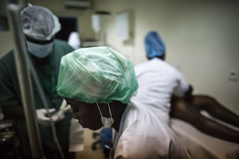 Des infirmières s'apprêtent à soigner un homme blessé dans des affrontements avec les forces de l'ordre, à Libreville, le 31 août 2016.