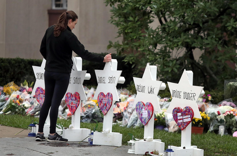 Uma mulher presta homenagem em frente ao memorial improvisado na frente da sinagoga Tree of Life, em Pittsburgh, 29/10/2018
