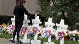 Habitantes de Pittsburgh depositam velas e flores frente à sinagoga Tree of Life, onde a 27 de Outubro onze fiéis foram assassinados