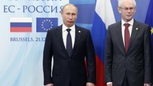 Tổng thống Nga Vladimir Putin (T) và chủ tịch Hội đồng châu Âu Herman Van Rompuy tại Thượng đỉnh UE– Nga ở Bruxelles, ngày 21/12/2012.