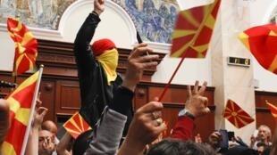 Протестующие националисты захватили парламент Македонии после избрания его спикером этнического албанца Талата Джафери, 27 апреля 2017 г.