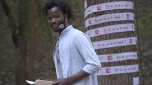Ali Kiswensida Ouédraogo lors de la lecture de son texte « Les sans… » au Festival d'Avignon, lors de la 5e édition des lectures RFI « Ça va, ça va le monde ! » dans le Jardin de la rue de Mons.
