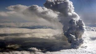 Imagem da costa islandesa que mostra a poeira do vulcão Eyjafjallajokull.