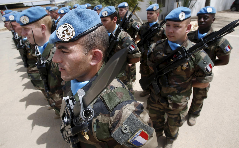 Soldados das forças francesas de paz durante revista do ministro da Defesa, Jean-Yves Le Drian, em 20 de abril de 2015.