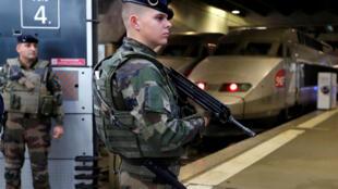 Soldados de la operación Sentinelle, en la estación de trenes Montparnasse, París.