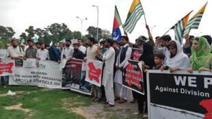 Manifestation devant le press club d'Islamabad, mardi 6 août en fin de journée. D'autres rassemblements similaires ont été organisés dans la capitale ainsi que dans d'autres villes du Pakistan.
